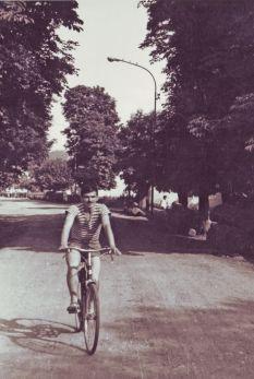 Перо Родић вози бицикл алејом кестенова (1963)