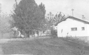 Година је 1967, на слици су главна улица, пошта и преко пута ње школа