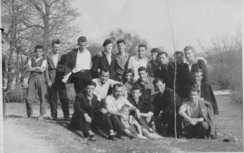 Предсједник Општине Челинац Мијо Илић са омладином након сађења дрвета