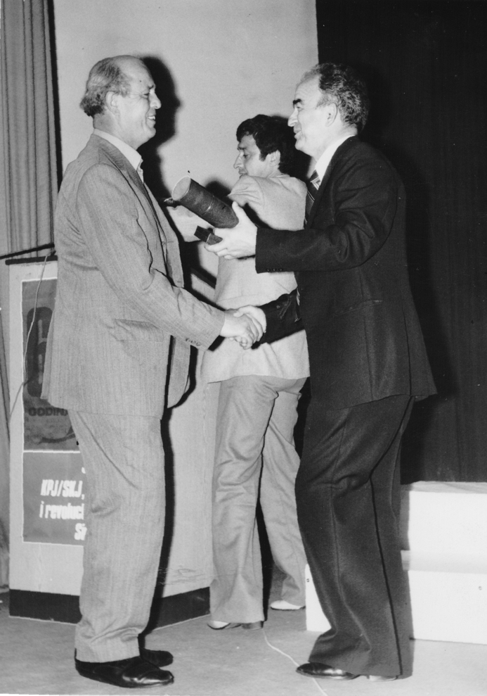 Mujo Hodzic (lijevo) prima Zlatnu plaketu opstine od predsjednika opstine Jakova Aleksica