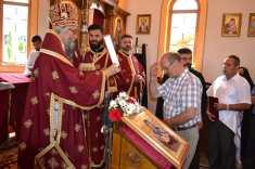 Епископ Јефрем уручује признање Грађевинском одбору које је примио предсједник Крсто Савичић