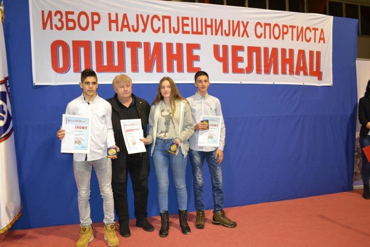 predsjednik zirija Pero Topic i mladi sportisti